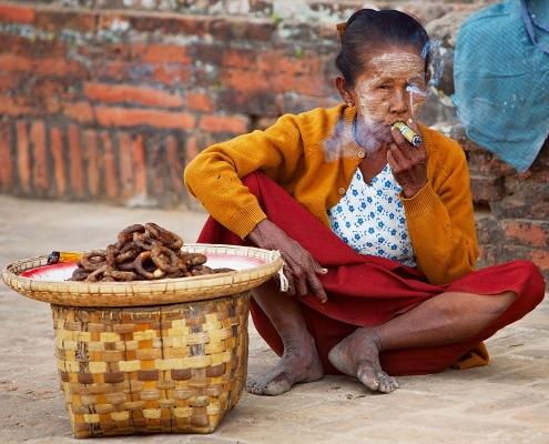 Femme qui fume dans la région de Bagan