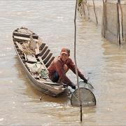 Pêcheur sur les bords de l'île du tigre à Long Xuyen