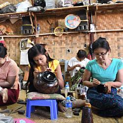 Atelier d'artisanat en laque à Bagan en Birmanie