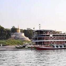 Bateau de croisière et temple Bupaya sur les berges de l'Irrawady