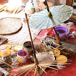 Fabrication d'ombrelles en papier au Myanamr