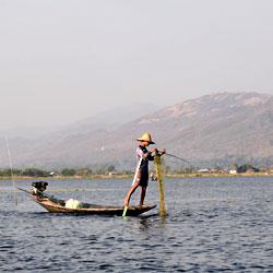 Pêcheur sur le lac Inle au Myanmar