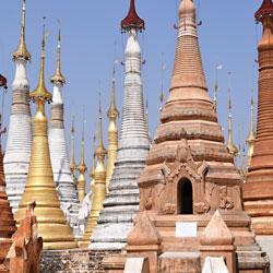 Stupas dans le village de Indein sur les berges du lac Inle au Myanmar