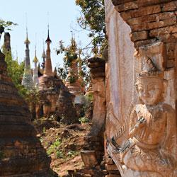 Stupas du village Indein sur les berges du lac Inle dans l'état shan de Birmanie