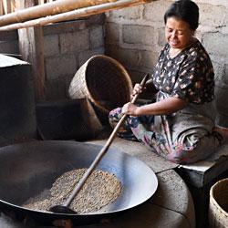 Village de fabrication de produits alimentaires sur le lac Inle