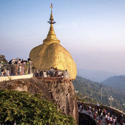 Le Rocher d'Or du mont Kyaiktyo à l'est de Yangon au Myanmar