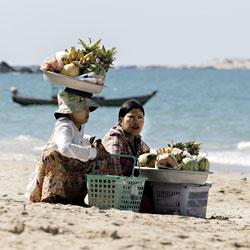 Vendeuse ambulantes sur la plage de Ngapali en Birmanie