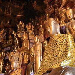 Statues de Bouddha dans les grottes de Pindaya au Myanmar