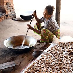 Fabrication de bonbons de sucre de palmier près de Bagan au Myanmar