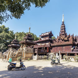 Monastère Yoke Sone en bois de teck à Salay près de Bagan en Birmanie