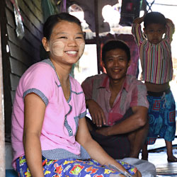 Famille du village de Dala de l'autre côté du fleuve à Yangon au Myanmar