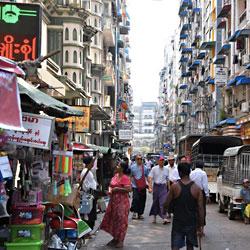 Rue de la capitale économique du Myanmar, Rangoun ou Yangon