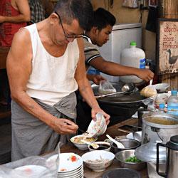 Cuisine de rue dans le quartier chinois de Yangon