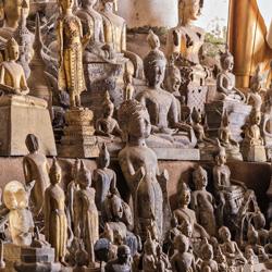 Statues de Bouddha dans les grottes de Pak Ou