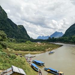 La rivière Nam Ou serpente entre les montagnes du Laos