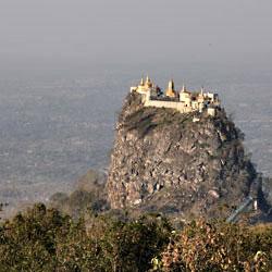 Le mont Popa sur une ancienne cheminée de volcan près de Bagan en Birmanie