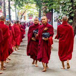 Pagode de Kuthodaw en Birmanie avec carnets d'Asie