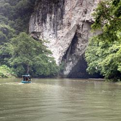 grotte Puong au lac de Ba Be dans le nord Vietnam