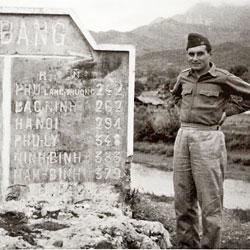 Militaire devant le panneau de la ville de Cao Bang