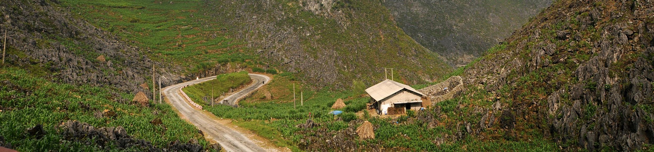 route en virages de la région de Ha Giang au nord Vietnam