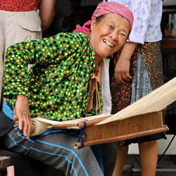 Femme H'mong sur un métier à tisser le chanvre à Can Ty dans la province de Ha Giang au Vietnam