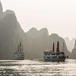 Jonque dans la baie de Bai Tu Long partie nord de la Baie d'Halong