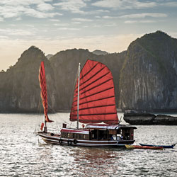 Jonque qui navigue dans la baie d'Ha Long au Vietnam