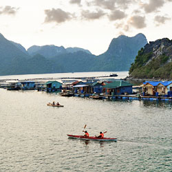 village flottant dans la baie d'Ha Long