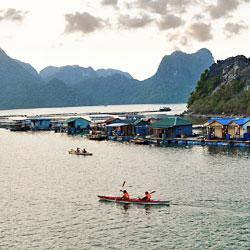 kayak et village flottant dans la baie d'Ha Long