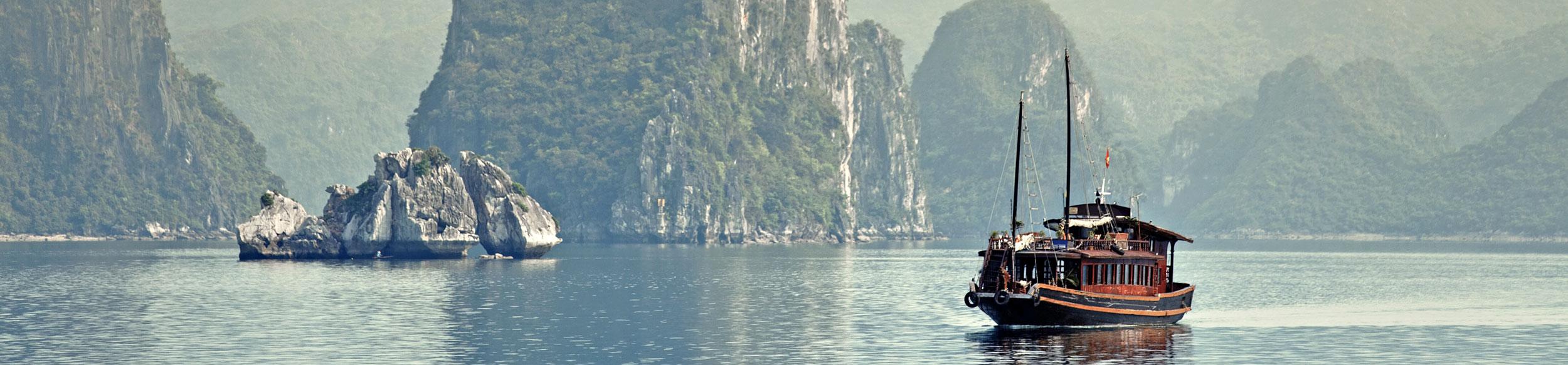 Jonque dans la baie d'Halong au Vietnam - croisières en Asie
