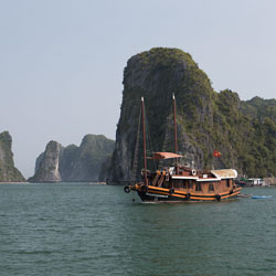 Jonque dans la baie de Lan Ha