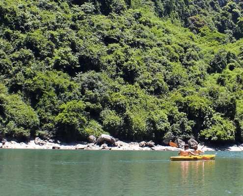 Excursion en kayak dans la baie d'Halong au Vietnam