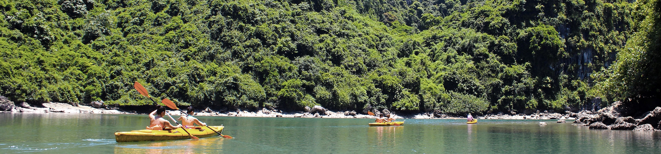 Excursion en kayak dans la baie d'Halong au Vietnam