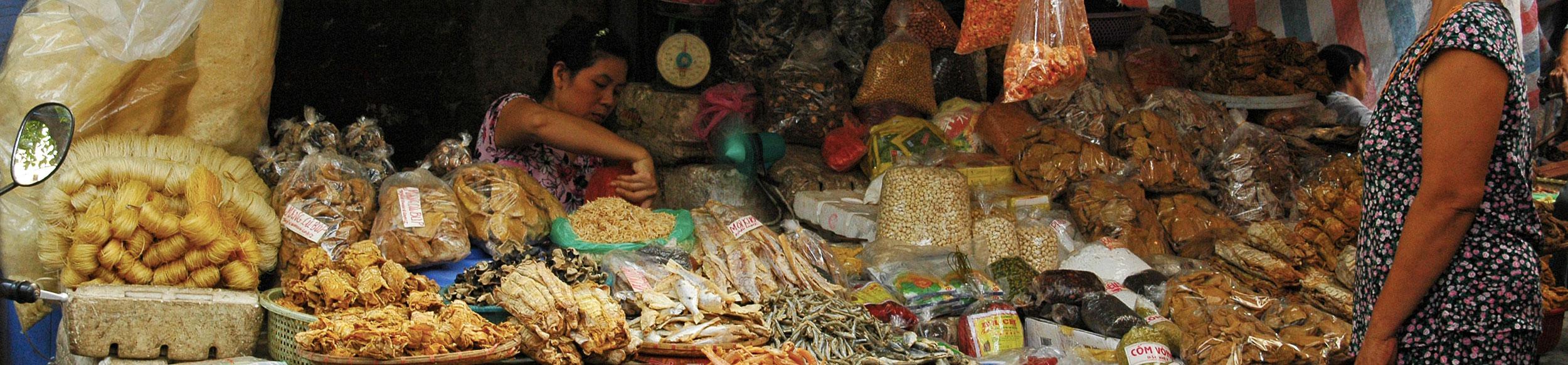 Étales d'un marché à Hanoi