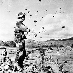 Parachutage lors de l'opération Hirondelle en 1953 aux grottes Tam Tanh à Lang Son