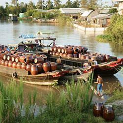 Transport de jarres sur le fleuve à Ben Tre