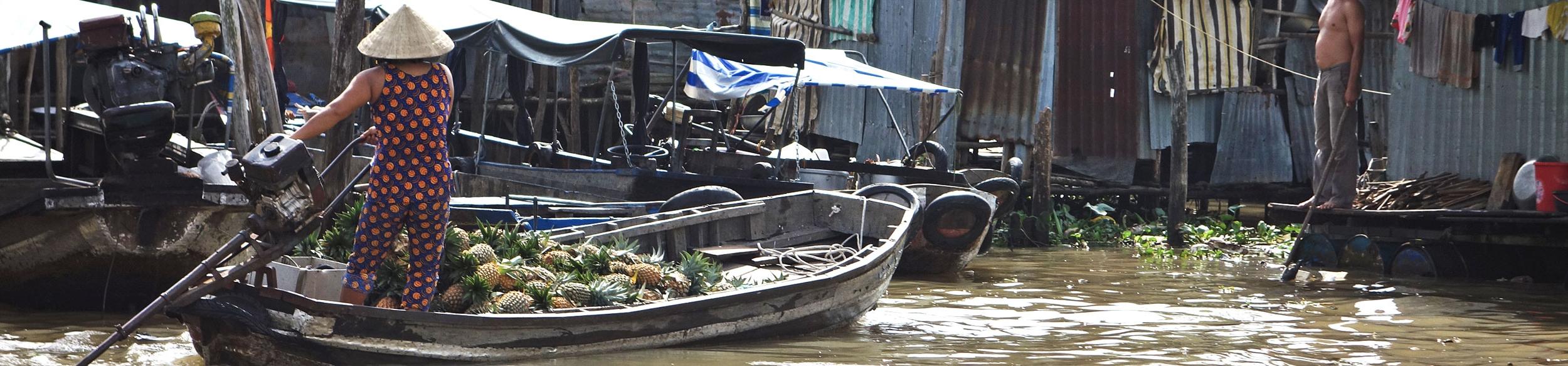 barque remplie d'ananas au marché flottant de Can Tho