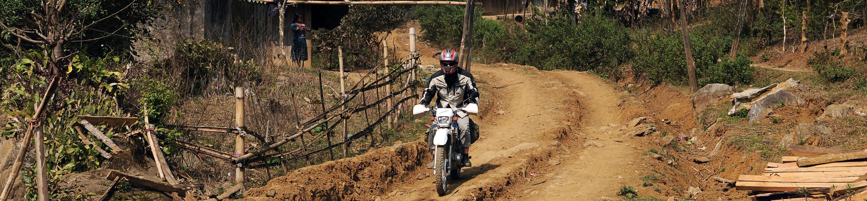 Une route de piste lors d'un voyage à moto au Vietnam