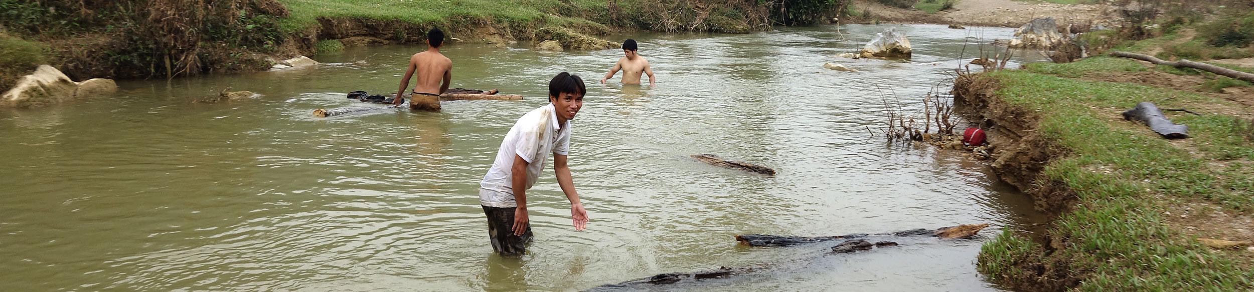 Transport de bois dans la rivière de la réserve de Ngoc Son Ngo Luong à l'ouest de Hanoi