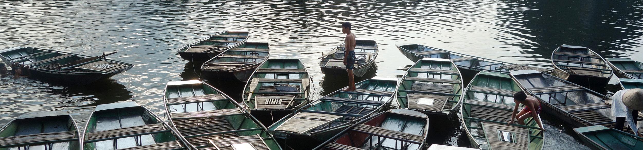 Enfants qui se baignent à l'embarcadère de Tam Coc à Ninh Binh