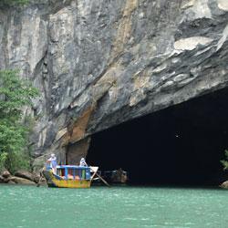 Barque sortant de la grotte de Phong Nha
