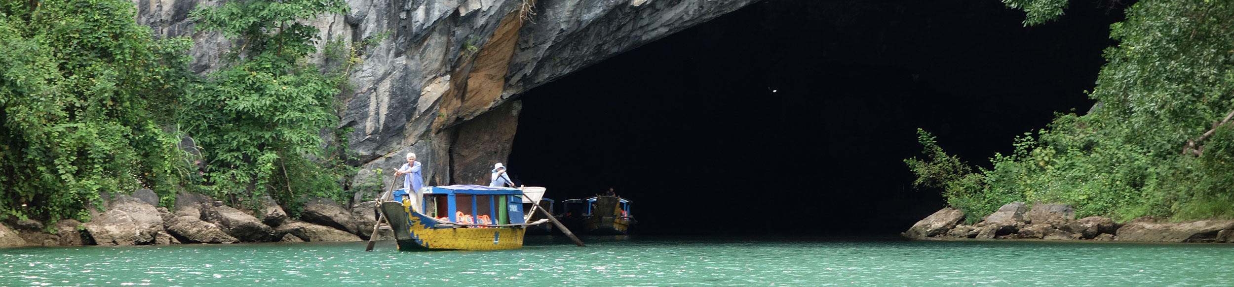 Bateau touristiques sortant de la grotte de Phong Nha