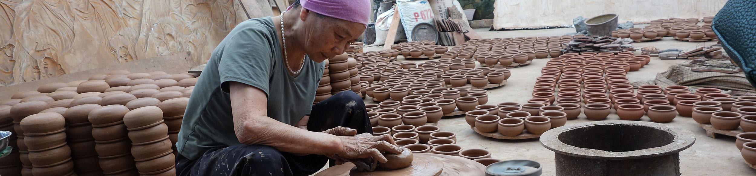 Femme sur un tour de potier au village de Phu Lang proche de Hanoi - artisanat asiatique