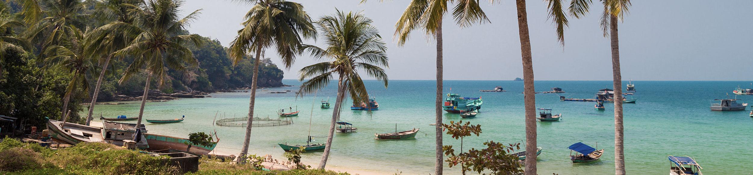 Plage et bateaux de pêcheurs sur l'île de Phu Quoc au sud Vietnam