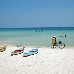 Plage de sable blanc sur l'île balnéaire de Phu Quoc