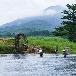 Roue à eau dans la réserve de Pu Luong