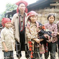 Famille de l'ethnie Dao Rouge à Sapa dans les montagnes du nord Vietnam