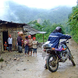 balade à Sapa en moto dans un village Dao rouge