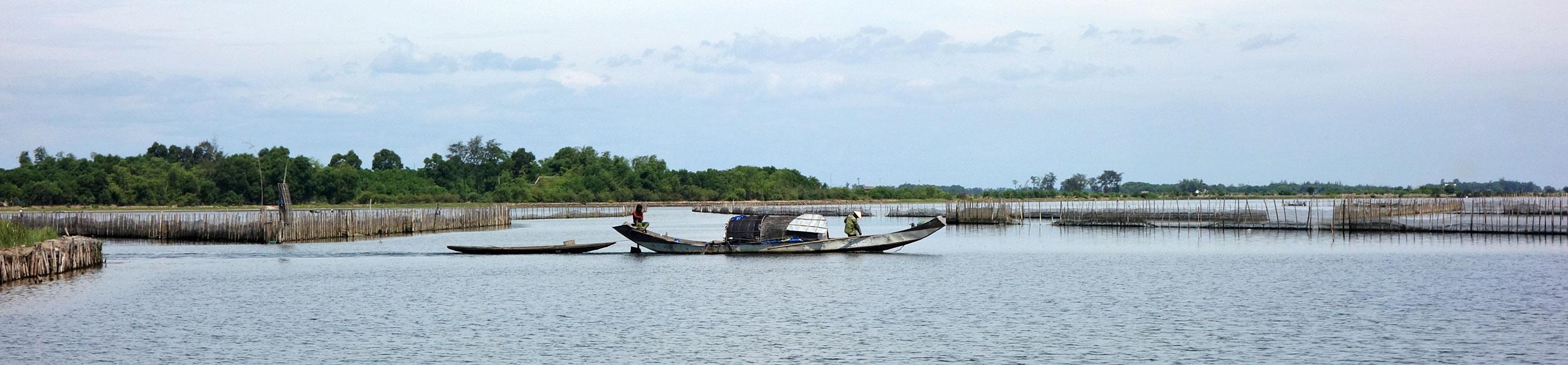 Sampan dans la lagune de Tam Giang au centre Vietnam