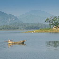 Barque à rame sur le lac Thac Ba